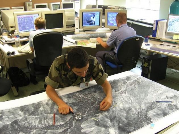 cartographe-dans-un-etablissement-de-production-de-donnees-geographiques