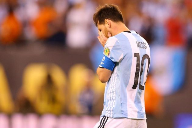 EAST RUTHERFORD, NJ - JUNE 26: Lionel Messi #10 of Argentina reacts after missing a penalty kick against Chile during the Copa America Centenario Championship match at MetLife Stadium on June 26, 2016 in East Rutherford, New Jersey. Chile defeated Argentina 4-2 in penalty kicks.   Mike Stobe/Getty Images/AFP == FOR NEWSPAPERS, INTERNET, TELCOS & TELEVISION USE ONLY ==